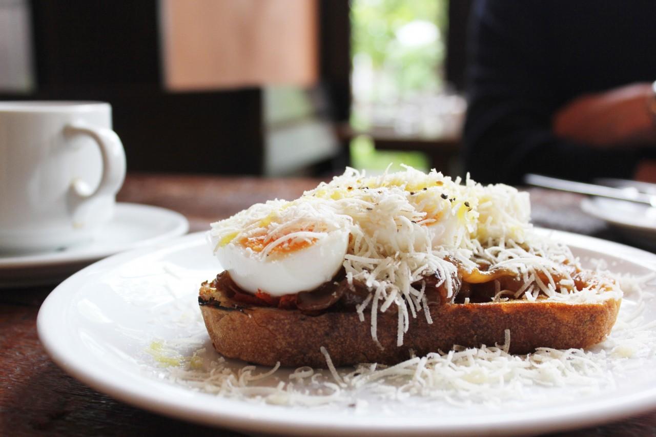 半熟卵のトースト